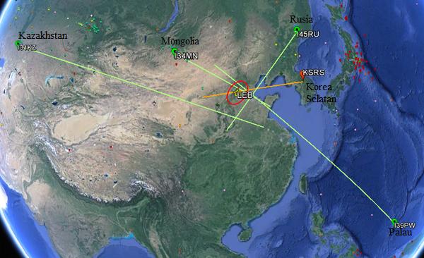 Gambar 3. Beberapa stasiun IMS dalam jejaring CTBTO yang mendeteksi ledakan dahsyat Tianjin pada radas mikrobarometernya. Gelombang kejut ledakan dahsyat Tianjin menjalar demikian jauh hingga sanggup terekam oleh radas-radas mikrobarometer yang berjarak ratusan atau bahkan ribuan kilometer dari Tianjin. Sumber: CTBTO, 2015.