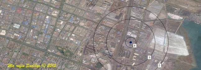 Gambar 6. Atas: deskripsi dampak gelombang kejut ledakan dahsyat Tianjin dan radius maksimum setiap dampaknya berdasarkan pemodelan ledakan non-nuklir berenergi 40 ton TNT. Bawah: Plot sebagian hasil pemodelan radius maksimum dampak gelombang kejut ledakan dahsyat Tianjin ke dalam citra satelit pelabuhan Tianjin dan sekitarnya. Titik biru = ground zero, 2 = radius maksimum kerusakan kaca jendela (1.945 meter dari ground zero), 3 = batas puing-puing dan (1.265 meter dari ground zero) 8 = kerusakan blok beton/dinding bata (276 meter dari ground zero). Sumber: Sudibyo, 2015 berbasis Google Earth serta Kinney & Graham, 1985