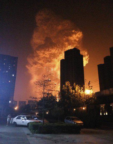 Gambar 2. Awan jamur (mushroom cloud) terlihat jelas dari kejauhan sesaat setelah ledakan kedua terjadi di kompleks pelabuhan Tianjin. Ketampakan awan jamur berskala relatif besar menjadi salah satu indikasi bahwa ledakan Tianjin melepaskan energi yang besar. Sumber: Anonim, 2015.