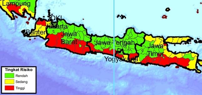 Gambar 9. Peta tingkat risiko bencana tsunami bagi pulau Jawa seperti dipublikasikan Badan Nasional Penanggulangan Bencana. Nampak jelas hampir segenap kabupaten/kota yang terletak di pesisir selatan pulau Jawa berisiko tinggi terhadap bencana tsunami. Sumber: BNPB, 2012.