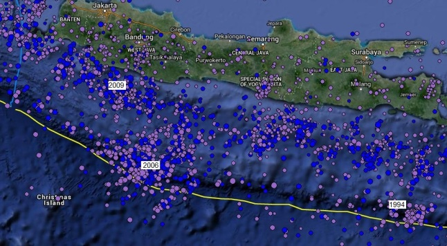 Gambar 6. Distribusi episentrum gempa-gempa tektonik di pulau Jawa dan zona subduksinya, terhitung sejak 1 Januari 1980 TU hingga 1 Januari 2015 TU oleh Incorporated Research Institutions for Seismology (IRIS). Data dibatasi hanya pada gempa tektonik dengan kedalaman sumber kurang dari 70 kilometer dpl. Angka 2006 dan 1994 masing-masing menunjukkan dua sumber gempa masalalu di busur luar Jawa, yakni Gempa Pangandaran 17 Juli 2006 dan Gempa Bangyuwangi 3 Juni 1994. Sementara angka 2009 merupakan sumber gempa masalalu di cekungan busur muka, yakni Gempa Tasikmalaya 2 September 2009. Sumber: IRIS, 2015.