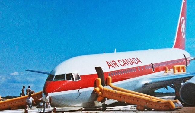 Gambar 4. Pesawat jumbo jet Boeing 767-200 Air Canada tergolek di landasan tak terpakai di kota kecil Gimli setelah pendaratan darurat dengan roda pendarat bagian hidung tidak keluar. Inilah pesawat yang dijuluki Gimli Glider, menyusul pencapaiannya terbang tanpa dorongan mesin (gliding) sejauh puluhan kilometer untuk kemudian mendarat darurat seiring habisnya bahan bakar. Gimli Glider merupakan salah satu kasus metrifikasi di dunia penerbangan. Diabadikan oleh pilot Robert Pearson, beberapa saat setelah pendaratan darurat. Sumber: Pearson, 1983.