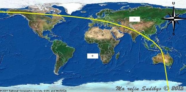 Gambar 2. Peta tinggi Bulan di segenap permukaan Bumi pada saat Matahari terbenam Minggu 13 September 2015 TU. Garis kuning menunjukkan garis nol (garis dimana tinggi Bulan sama dengan nol derajat). Di sebelah barat garis nol ini semua lokasi memiliki tinggi Bulan positif (+), sementara di timurnya memiliki tinggi Bulan negatif (-). Nampak bahwa seluruh Saudi Arabia berada di kawasan yang memiliki tinggi Bulan positif. Sehingga dalam kalender Ummul Qura dinyatakan bahwa 1 Zulhijjah 1436 H di Saudi Arabia bertepatan dengan 14 September 2015 TU. Namun karena rukyat hilaal di Saudi Arabia gagal mendeteksi hilaal (terutama akibat tutupan badai pasir), maka Idul Adha di Saudi Arabia jatuh pada Kamis 24 September 2015 TU yang bertepatan dengan 11 Zulhijjah 1436 H. Sumber: Sudibyo, 2015.