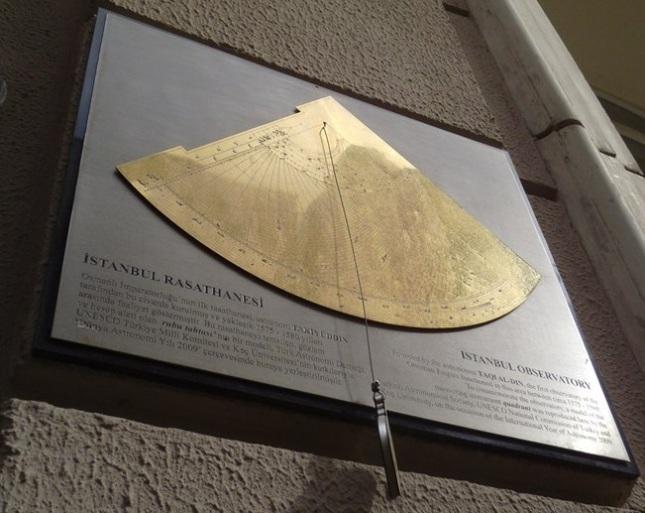 Gambar 3. Plakat memorial Observatorium Istanbul yang ditempel di bangunan pada salah satu sudut perempatan jalan Kallavi dan Istiklal di Istanbul (Turki). Inilah satu-satunya penanda modern bahwa di sini dulu pernah berdiri observatorium terbesar di dunia pada masanya, Observatorium Istanbul. Sumber: WayMarking.com, 2014.