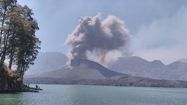 Gambar 1. Awal mula Letusan Rinjani 2015 pada Minggu 25 Oktober 2015 TU pukul 10:45 WITA. Nampak debu vulkanik mulai menyembur dari sisi utara puncak kerucut Barujari. Diabadikan dari sudut barat daya danau Segara Anak. Sumber: PVMBG, 2015.
