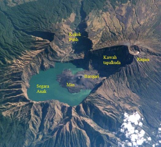 Gambar 3. Panorama menakjubkan kompleks Gunung Rinjani diamati dari ketinggian 339 kilometer melalui stasiun antariksa internasional ISS pada 21 September 2002 TU. Nampak posisi tiga kerucut (masing-masing Rinjani, Barujari dan Mas), kawah tapalkuda, kaldera Segara Anak dan lembah Kokok Putih. Sumber: NASA, 2002.
