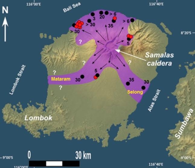 Gambar 6. Peta sebaran awan panas Letusan Samalas 1257 di pulau Lombok. Tanda panah menunjukkan jejak pergerakan material awan panas, seperti masih tersisa pada butir-butir batuapung didalamnya. Titik hitam berangka menunjukkan lokasi singkapan endapan awan panas di masa kini berikut ketebalannya (dalam meter). Sementara titik merah menunjukkan lokasi pengambilan perconto (sampel) arang kayu untuk pertanggalan radioaktif. Seluruh perconto konsisten berasal dari tahun 1257 TU. Sumber: Lavigne dkk, 2013.