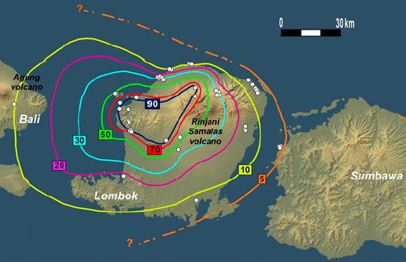 Gambar 7. Peta sebaran debu vulkanik produk Letusan Samalas 1257 di pulau Lombok. Garis-garis menunjukkan kontur ketebalan endapan debu vulkanik (dalam centimeter). Titik-titik putih menunjukkan lokasi singkapan endapan debu vulkanik di masa kini yang digunakan untuk merekonstruksi kontur ketebalan debu vulkanik. Sumber: Lavigne dkk, 2013.