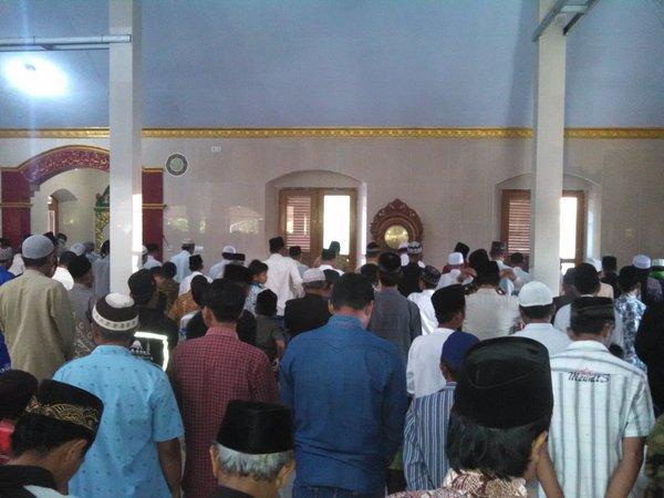 Gambar 4. Pelaksanaan shalat gerhana dalam gelaran Nonton Bareng dan Shalat Gerhana Matahari Total 9 Maret 2016 di Masjid al-Mujahidin Karanganyar, Kebumen (Jawa Tengah). Sumber: Sudibyo, 2016.