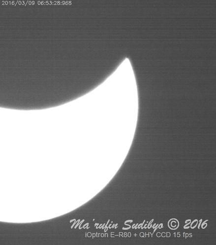 Gambar 5. Salah satu hasil rekaman video dalam gelaran Nonton Bareng dan Shalat Gerhana Matahari Total 9 Maret 2016. Nampak bundaran Matahari kian 'robek' akibat cakram Bulan yang terus merasuk. Sumber: Sudibyo, 2016.