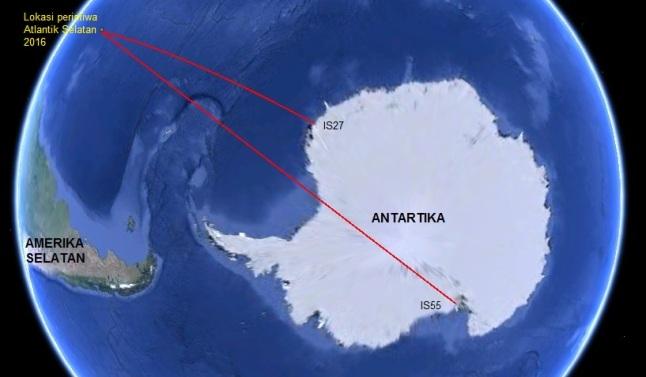 Gambar 4. Lokasi Peristiwa Atlantik Selatan 2016 di tengah-tengah Samudera Atlantik bagian selatan, dilihat dari sebuah titik nan tinggi di atas Antartika. Garis-garis merah merupakan garis imajiner yang menghubungkan lokasi terdeteksinya pelepasan energi kinetik boloid dengan dua stasiun infrasonik yang tergabung dalam jejaring CTBTO. Masing-masing stasiun IS27 (Jerman) dan IS55 (Amerika Serikat). Sumber: Sudibyo, 2016 berbasis Google Earth.