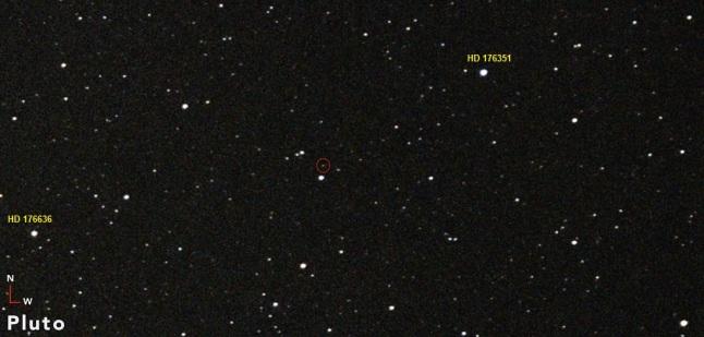 Gambar 3. Pluto (dalam lingkaran merah) di rasi Sagittarius, diabadikan pada 26 Juni 2015 TU dari Sri Damansara (Malaysia) oleh Shahrin Ahmad. Pluto (magnitudo +14,1) dicitra dengan menggunakan kamera Canon 1200D yang dirangkai Astrograph TS65Q 65 mm. Sempat menyandang status planet selama 76 tahun sejak penemuannya, kini Pluto tergolong ke dalam kelompok baru, yakni kelompok planet-kerdil. Sumber: Ahmad, 2015.