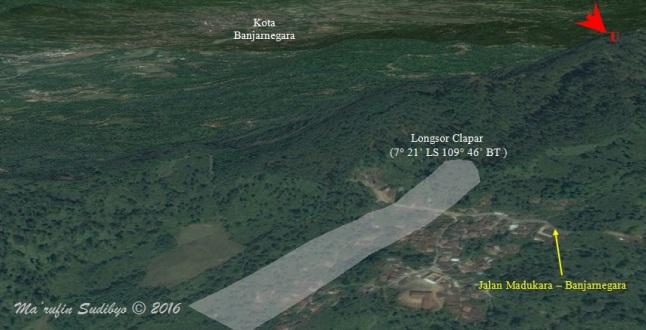 Gambar 3. Lokasi bencana longsor Clapar dalam citra Google Earth tiga dimensi. Area longsor ditandai dengan daerah berbayang putih, khususnya pada hari-hari pertama, yang luasnya 5,3 hektar dengan keliling 1,2 kilometer. Nampak alur jalan raya Madukara-Banjarnegara yang melintasi area longsor. Di latar belakang terlihat kota Banjarnegara. Di hari-hari berikutnya area longsor Clapar kian meluas seiring terus terjadinya gerakan tanah dalam longsor rayapan. Sumber: Sudibyo, 2016 dengan basis Google Earth serta data dari Nurmansyah & Andri.