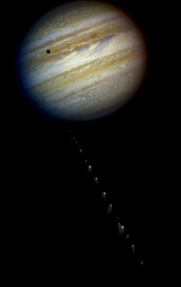 Gambar 3. Jupiter dan keping-keping inti komet Shoemaker-Levy 9, dua bulan sebelum tumbukan terjadi berdasarkan bidikan teleskop antariksa Hubble. Jupiter diabadikan pada 18 Mei 1994 TU sementara komet Shoemaker-Levy 9 sehari sebelumnya. Hasil kedua bidikan yang berbeda lantas digabung menjadi satu untuk keperluan ilustrasi. Sumber; NASA, 1994.