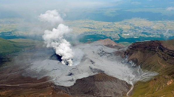 Gambar 2. Hembusan debu vulkanik sering letusan Gunung Aso, yang terjadi hanya beberapa jam pasca gempa utama dalam Gempa Kumamoto 2016 terjadi. Letusan ini tergolong lemah, dengan kolom letusan hanya setinggi 100 meter di atas kawah. Sumber: Mikado Shimbun, 2016.