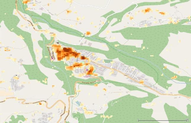 Gambar 3. Peta kota Amatrice dan kerusakan yang dalaminya akibat Gempa Amatrice 2016, berdasarkan nilai interferometri koheren antara sebelum dan sesudah gempa. Nampak sebagian kota telah hancur. Sumber: JAXA, 2016.