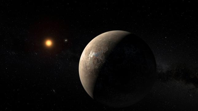 Gambar 1. Gambaran artis planet Proxima Centauri b sebagai planet berbatu (terestrial) yang beredar mengelilingi bintang induknya yang kemerahan dan redup. Planet tersebut terletak di zona Goldilocks bintang Proxima Centauri sehingga mungkin mengandung air dalam bentuk cair. Sepasang bintang di latarbelakang adalah bintang alpha Centauri A dan alpha Centauri B. Sumber: ESO/M.Kornmesser, 2016.