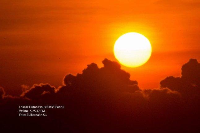 Gambar 5 d. Citra Gerhana Matahari 1 September 2016 pada pukul 17:26 WIB, diabadikan dari puncak bukit Becici dalam kondisi langit yang relatif lebih bersahabat. Diabadikan dengan kamera DSLR, tanpa dirangkai teleskop. Sumber: Zulkarnaen Syri Lokesywara, 2016.
