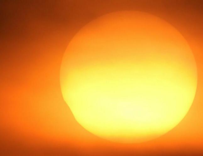 Gambar 5 a. Citra Gerhana Matahari 1 September 2016 pada pukul 17:33 WIB, diabadikan dari pulau Karya Kep. Seribu hanya beberapa menit sebelum Matahari menghilang di balik awan. Sumber: POB JIC P. Karya/Fajar Fathurahman, 2016.