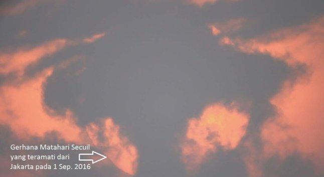 Gambar 5 b. Citra Gerhana Matahari 1 September 2016 pada sekitar pukul 17:34 WIB, diabadikan dari Kemayoran di tengah-tengah tutupan awan nan brutal. Sumber: BMKG/Rukman Nugraha, 2016.