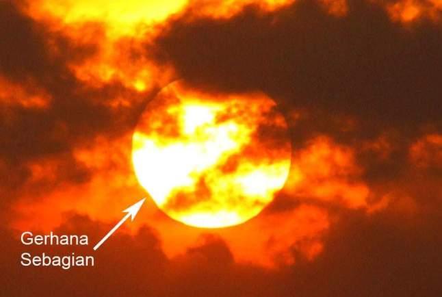 Gambar 5 d. Citra Gerhana Matahari 1 September 2016 pada jam yang tak disertakan, diabadikan dari bukit Bela belu, Parangkusumo, dengan kondisi langit dipenuhi awan. Diabadikan dengan kamera DSLR, tanpa dirangkai teleskop. Sumber: UAD/Muchlas Arkanuddin, 2016.