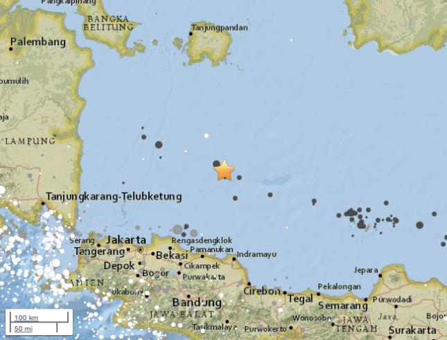 Gambar 1. Episentrum Gempa Laut Jawa 2016 (tanda bintang) di dalam pita episentrum gempa-gempa dalam di Laut Jawa (lingkaran-lingkaran gelap). Sumber: USGS, 2016.