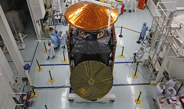 Gambar 1. Dua wahana antariksa dalam misi ExoMars 2016 saat telah dirakit dan menjalani pengujian pada November 2015 TU di fasilitas ESA. Keduanya adalah satelit Trace Gas Orbiter (TGO) di bagian bawah dan pendarat Schiaparelli (warna keemasan) di bagian atas. Sumber: ESA, 2015.