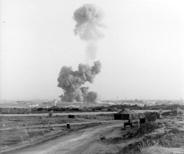 Gambar 7. Kepulan asap tebal membumbung tinggi dari kompleks markas Batalyon ke-1 Marinir ke-8 Amerika Serikat sesat setelah dihantam detonasi peledak rakitan termobarik dengan energi setara 9,5 ton TNT. Secara keseluruhan 255 orang tewas akibat ledakan ini. Sumber; US Marine Corps, 1983.