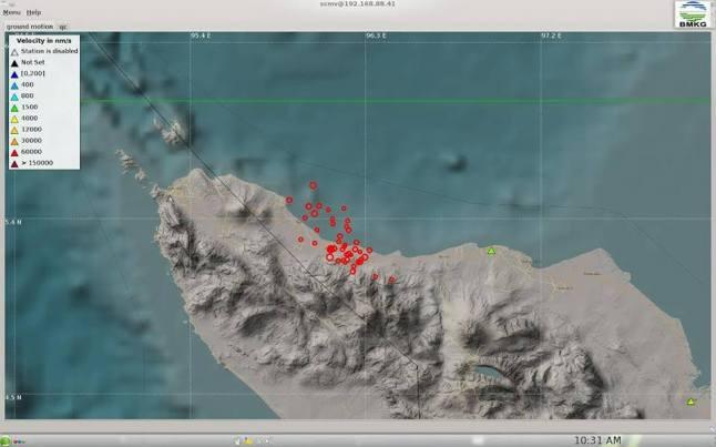 Gambar 2. Distribusi episentrum gempa-gempa susulan dalam Gempa Pidie Jaya 2016 yang direkam stasiun pengamat gempa Indonesian Tsunami Early Warning Systems BMKG. Dalam 48 jam pasca gempa utama, telah terjadi 69 kali gempa susulan dengan kecenderungan jumlah gempa kian menurun dari hari ke hari. Sumber: BMKG/Daryono, 2016.