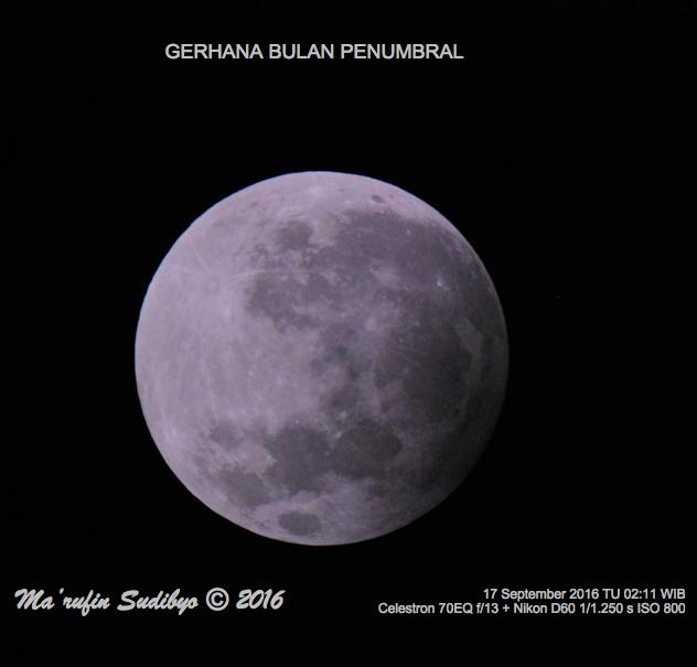 Gambar 1. Bulan dalam peristiwa Gerhana Bulan Penumbral 16-17 September 2016, diabadikan dengan teleskop yang terangkai kamera. Secara kasat mata penggelapan wajah Bulan dalam Gerhana Bulan Penumbral sangat sulit untuk diamati. Sumber: Sudibyo, 2016.