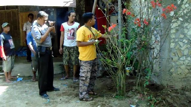 Gambar 1. Lokasi titik kepulan uap panas di dusun Kayen desa Sampang kecamatan Gedangsari, Gunungkidul. Uap tersebut keluar di dekat sudut bangunan di latar depan. Uap lantas disalurkan ke ketinggian dengan pipa logam, setelah pipa PVC yang digunakan sebelumnya rusak dan melengkung oleh panasnya uap. Sumber: Kabar Handayani, 2017.