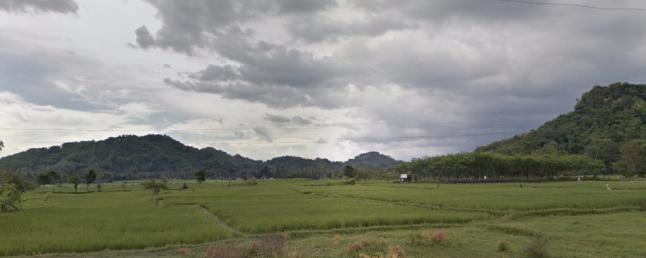 Gambar 6. Bukit Gede (kiri) dan Bukit Gedang (kanan) di kecamatan Godean, Sleman (DIY). Dua bukit ini adaah bagian dari jejak gunung berapi purba yang dinamakan Gunung Godean. Diabadikan pada citra Google StreetView dari satu titik di jalan raya Godean-Seyegan. Sumber: Google StreetView, 2017.
