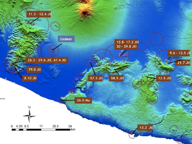 Gambar 7. Lokasi gunung-gemunung berapi purba yang telah terpetakan dan dianalisis oleh sejumlah ilmuwan hingga saat ini. Gunung-gemunung berapi purba ditandai dengan lingkaran-lingkaran. Besar kecilnya lingkaran bergantung kepada dimensi tubuh gunung berapi purba yang bersangkutan. Pada sebagian gunung berapi purba tersebut disajikan pula umur relatifnya berdasarkan sampel batuan beku Sumber: Bronto, 2010 dalam Verdiansyah & Hartono, 2016.