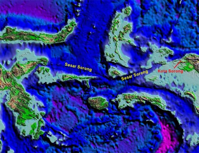 Gambar 1. Sebagian zona sesar Sorong dalam peta model elevasi digital. Nampak jelas meski di dasar laut sekalipun sesar Sorong tetap berbentuk lembah sempit panjang. Sumber: SEARG, 2016.
