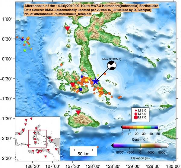 Gambar 6. Distribusi episentrum gempa-gempa susulan dan gempa utama (bintang biru) dalam peristiwa Gempa Halmahera Selatan 14 Juli 2019. Nampak area episentrum membentuk huruf L, menandakan terdapat sedikitnya dua sesar yang bergerak dalam gempa ini. Segitiga terbalik menunjukkan posisi seismometer BMKG. Sumber: Dimas Sianipar, 2019 berdasarkan data BMKG.