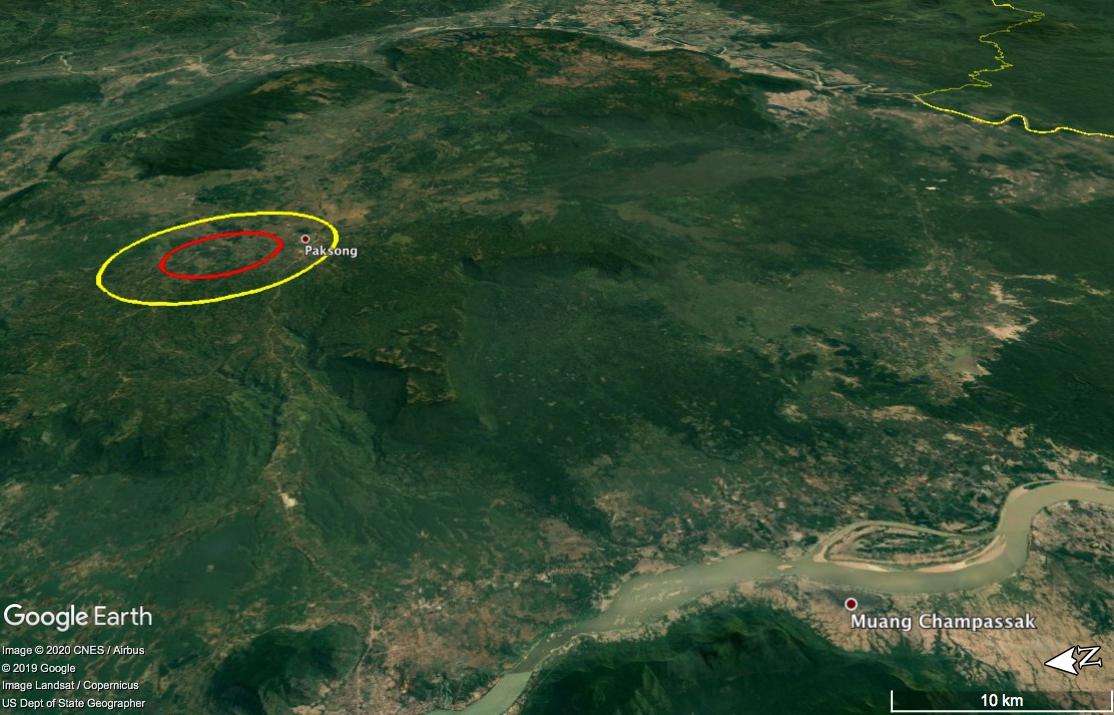Gambar 1. Kedudukan Kawah Bolaven dan dataran Tinggi Bolaven, dalam citra Google Earth dalam pandangan miring oblique. Ellips kuning menunjukkan posisi tepi kawah, sementara ellips merah menunjukkan punggungan pusat kawah. Di latar depan nampak alur Sungai Mekong, sungai utama di Semenanjung Indochina. Diadaptasi dari Sieh dkk, 2019.