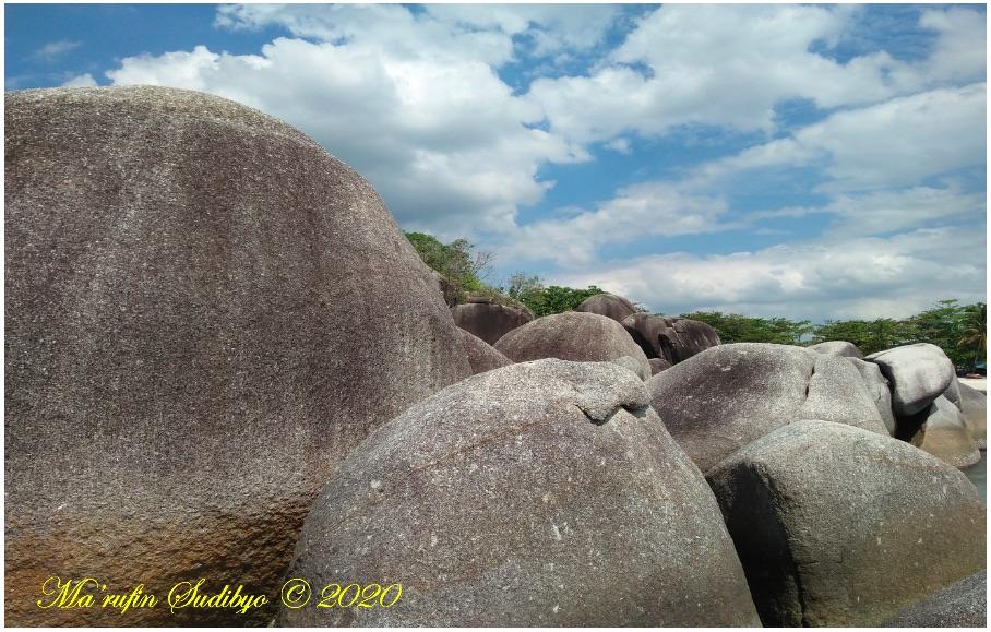 Gambar 2. Bongkah-bongkah granit berukuran raksasa di pantai Tanjung Kelayang, pulau Belitung. Pantai yang populer sebagai tempat pengambilan gambar Laskar Pelangi. Granit di sini cukup tua dan terbentuk di batolit / dapur magma sedalam beberapa puluh kilometer, sebelum kemudian terangkat ke paras Bumi melalui proses geologi berkelanjutan. Sumber: Sudibyo, 2019.